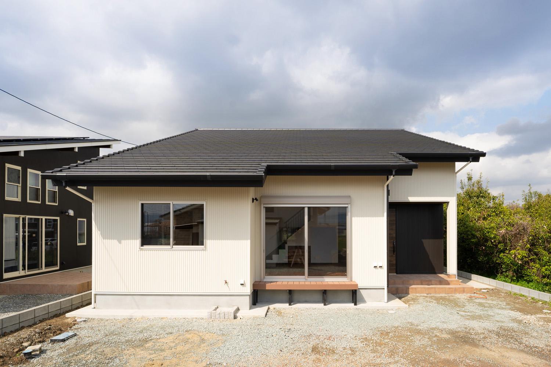片流れ屋根の吹き抜けハウスの正面